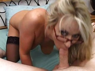Pov Aktion mit 4 eyed blonde Babe in Strümpfen. so heiß!