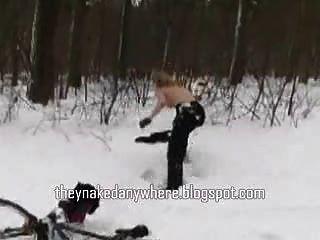 heißes Mädchen nackt im Schnee