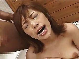 asiatische Amateur-Schlampe bekommt ger Gesicht mit Sperma gefüllt