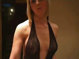Blondine im Fischnetz-Outfit