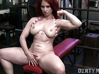 Redhead andrea masturbiert im Fitnessstudio