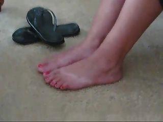 schöne Latina Füße in Flip Flops und nackten