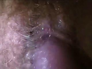 Sperma auf behaarte nasse Pussy