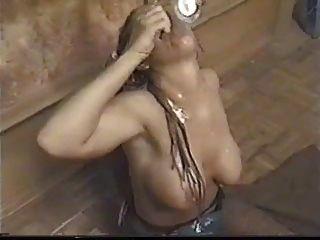Blondine mit Dreadlocks trinkt eine Tasse Sperma