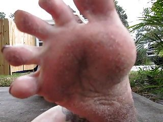 schmutzige Füße in deinem Gesicht