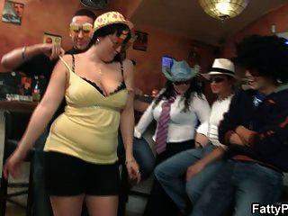 Drei Dudes haben Spaß mit fetten Küken