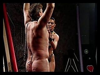 Kerl wird von randy chick in Leder bestraft