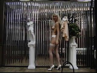 sexy Blondine in Strümpfe zeigt ihre Pussy und Arsch für die Kamera