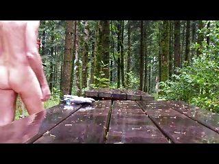 outdoor bdsm unter regen im wald