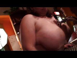 bbw barmixer zeigt ihre nackten klopfer
