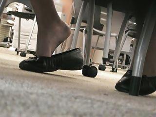 Latina Füße in der Bibliothek