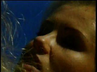 wunderschöne blonde lesbische Mädchen lieben es, Pussy zu lecken und mit Sex-Spielzeug am Pool zu spielen