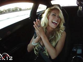 sexy Jenni in einem Lamborghini