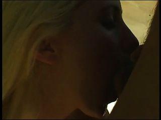 Blondine in weißer Unterwäsche am Pool