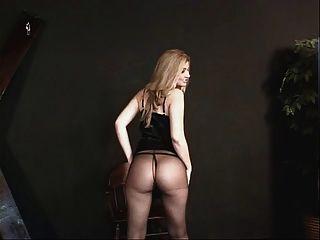 Kleine Titten hottie in einem schwarzen Kleid und Nylons immer bereit für einige Action