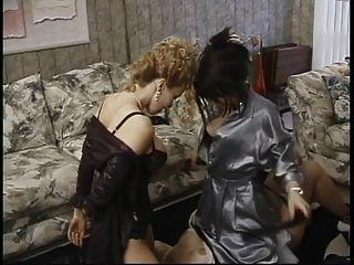 reifen sub saugt Nippel und leckt Esel in lesbischen Dreier