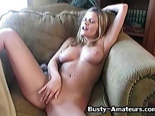 busty babe lisa mit ihren klebrigen fingern 2