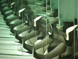 Küken in Dessous tanzen vor Spiegel und breitet ihre Arschbacken aus