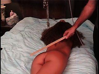 Meister Torturen Sklaven Pussy mit einer Klemme und Seil zieht es, um Schmerzen zu geben