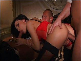 Hot Brünette nimmt Hahn in Pussy beim Saugen anderen Schwanz