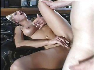Hot Blonde Milf in lila Unterwäsche liebt einen pochenden jungen Schwanz in ihre Fotze