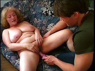 Chubby Granny saugt und fickt junger Mann