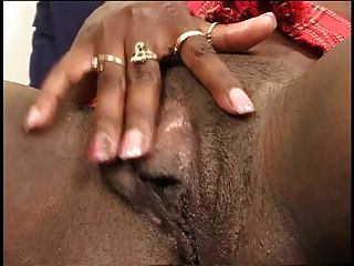 schwarze Küken breitet Beine und Finger ihre hübsche Pussy aus