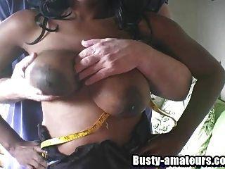 busty Ebenholz Lola saugen weißen Hahn