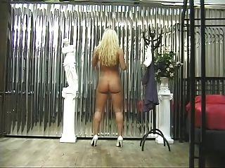 wunderschöne blonde Stunner breitet ihre enge, weit offene Pussy aus