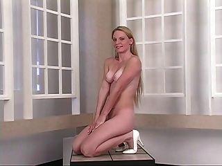 heiße junge Blondine verbreitet ihre engen Arschbacken vor Spiegel