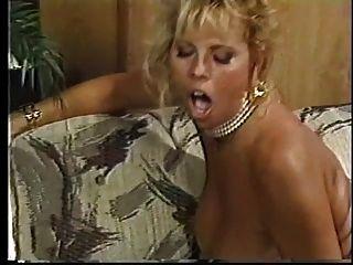 Eine wahnsinnig heiße Blondine mit fetten Titten wird von hinten geschlagen