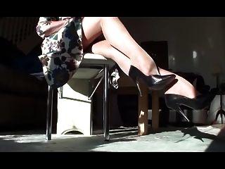 lange Beine in tan Strümpfe und Pumpen