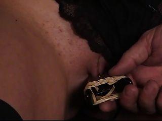 niedliche junge Brünette hat ihre rasierte Muschi von ihrem älteren Sklavenmeister geklemmt