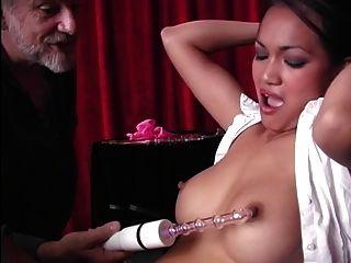 wunderschöne mit verbundenen Augen asiatischen Sklaven Opfer bekommt ihre Klitoris mit einem Vibrator gehänselt