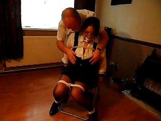 Vollbusige MILF an Stuhl gebunden