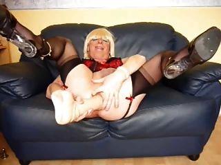 niedliche blonde cd toying und zieht ihre Pussy weit offen