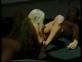 hot blonde milf bekommt ihre Muschi geleckt und gefingert, dann gefickt