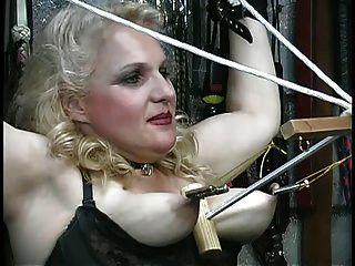 busty blonde bekommt ihre Titten missbraucht, spielt mit Seilen im Kerker