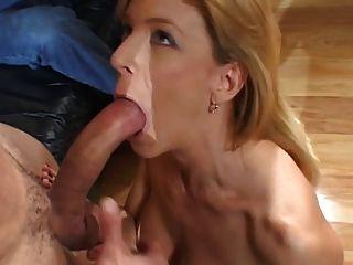 Babe mit schönen Dosen saugt und nimmt Hahn im Wohnzimmer
