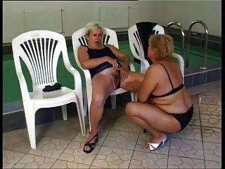 reife Lesben ficken am Pool