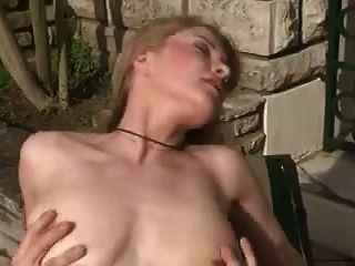 niedliche französische Blondine