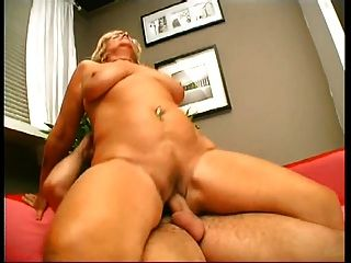 Blonde Cougar mit schlaffen Titten wird von jungen Schwanz im Wohnzimmer gefickt