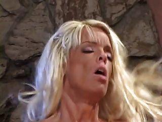 verheiratete blonde Schlampe bekommt auf die Knie und saugt einen harten dicken Schwanz dann fickt