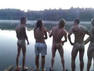 str8 Jungs singen nackt am See