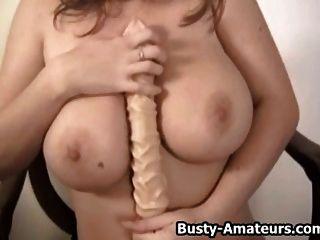 Busty Chick Sara Stein spielen ihre Pussy mit Dildo
