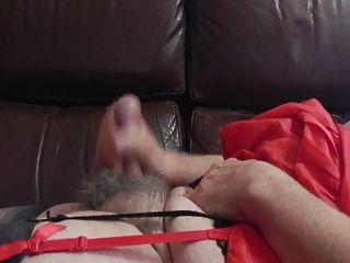 Sissy Ray schießt eine große Ladung Sperma