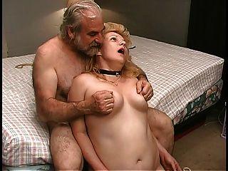 reife Blondine bekommt Pussy im Schlafzimmer von alten männlichen Partner geklemmt