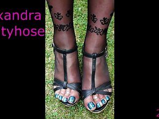 meine Beine und Füße schwarze Strumpfhosen und blaue Nägel