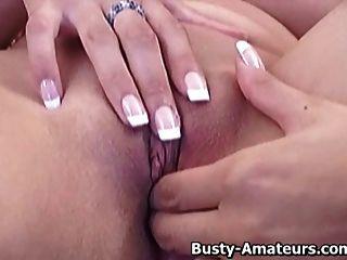 busty vanessa wichst ihre Muschi auf die Couch