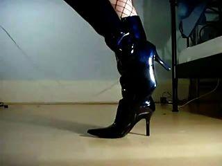 Latexbabe, die Schuhe und Stiefel anbetet